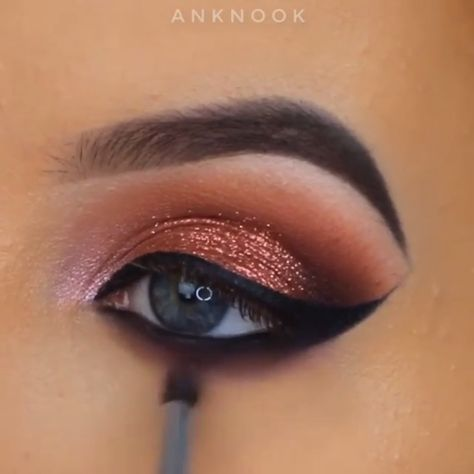 #eyemakeup #eyeshadow #eyemakeupideas #eyemakeuptutorial #makeuptutorials #makeup #eyebeauty #beautymakeup #beauty #beautyhacks #QuickBeautyTips