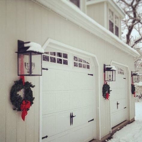 Christmas decorating moves to a whole new level when you add Christmas garage door decorations to the list. Over-sized, sumptuous garage door decorations, vis…