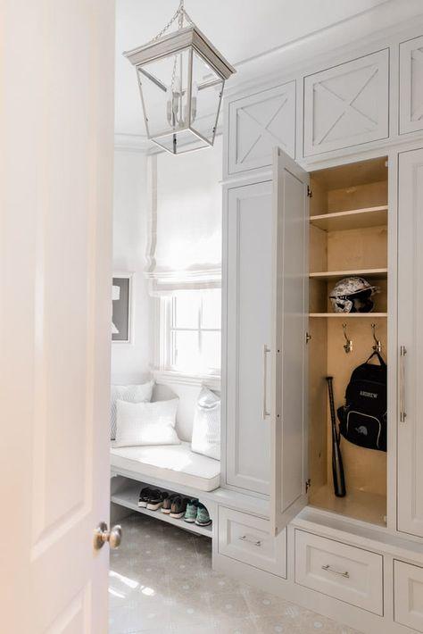 Mudroom Cubbies, Mudroom Cabinets, Mudroom Laundry Room, Bench Mudroom, Closet Mudroom, Built In Lockers, Home Bedroom Design, Flur Design, Small Apartment Design