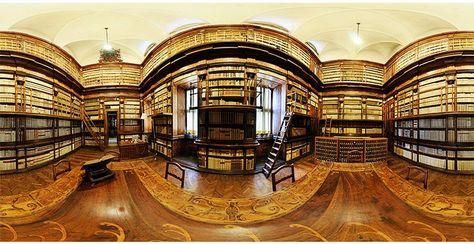 Sala lettura della biblioteca del Collegio Alberoni a Piacenza (Italia), fondata nel 1732 dal Cardinale Giulio Alberoni. Nella suggestiva immagine è visibile il tavolo di lettura con i fini intarsi.  (Foto di Marco Stucchi)