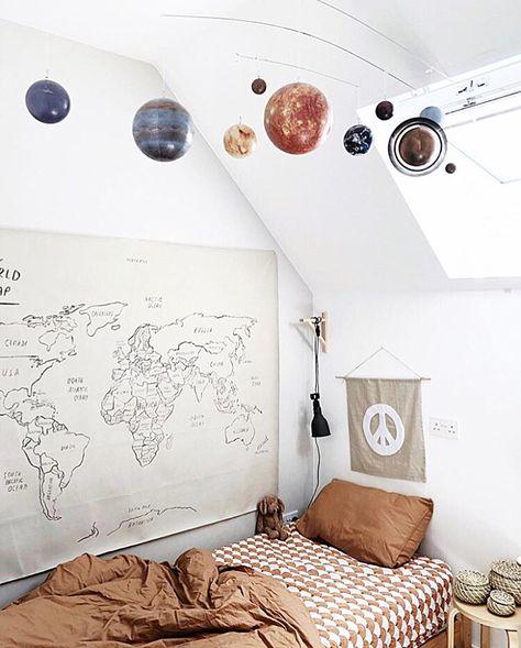 Cool scandiboho kidsroom. Photo by @chloeuberkid.
