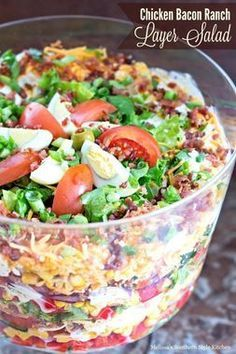 This stunning layered chicken bacon ranch salad is a riff on a classic 7 layer salad. It features layers of green leaf lettuce peppers corn tomatoes onions cheddar cheese roast chicken and crumbled bacon. All dressed in a creamy homemade salad dress 7 Layer Salad, Layer Dip, Seven Layer Salad Dressing Recipe, Layer Chicken, Think Food, Summer Salads, Potluck Recipes Summer, Paleo Potluck, Low Carb Summer Recipes