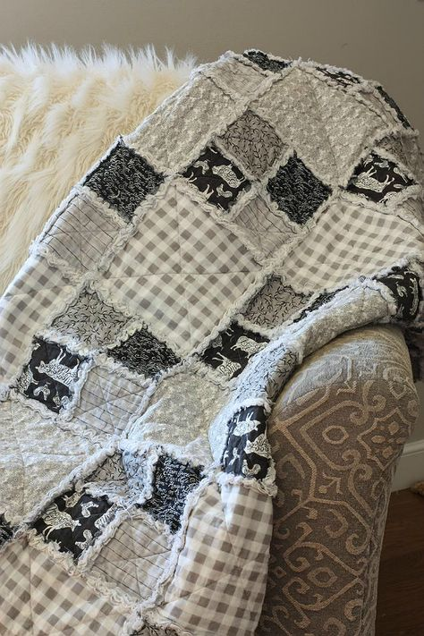 This Easy Flannel Rag Quilt is So Adaptable - Quilting Digest Baby Rag Quilts, Flannel Rag Quilts, Baby Flannel, Quilting For Beginners, Quilting Tutorials, Quilting Projects, Quilting Designs, Quilting Ideas, Diy Projects