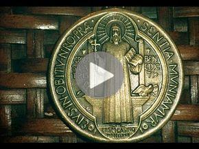 7 Cosas Sobre La Medalla Y Cruz De San Benito Youtube Medallas De San Benito Oraciones Catolicas San Benito