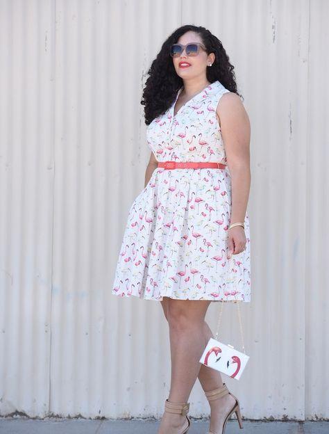 imprimé flamant rose sur une robe blanche avec ceinture sur la taille, col  en v et pochette flamant rose, lunettes de soleil 45fa532d8ea