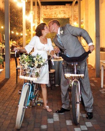 brautleute mit fahrrädern