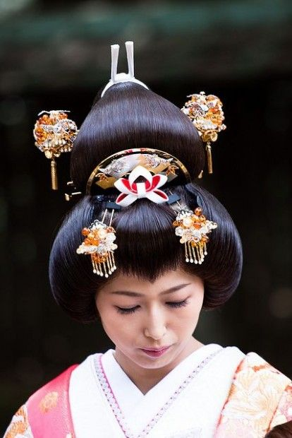 Traditional Female Japanese Hairstyle In 2020 Japanese Hairstyle Hair Ornaments Japanese Bride