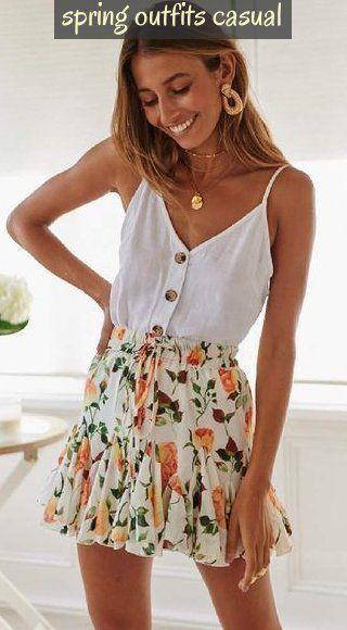 Button Cami Top And Floral Skirt Cute Spring Outfits Perfect #springoutfitscasual ; button cami top und blumenrock cute spring outfits perfekt ; top cami boutonné et jupe florale tenues de printemps mignonnes parfaites