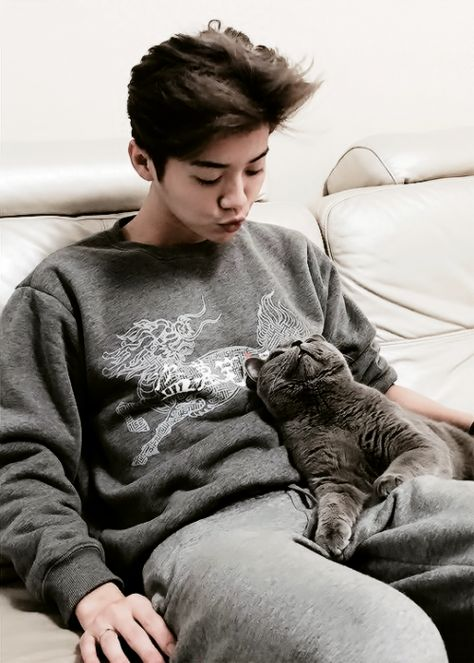 Luhan and the Kitty ;) can this be anymore perfect?!