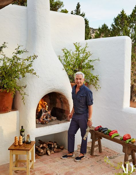 Escape to Daniel Romualdez's Oasis in Ibiza - Decoration Fireplace Garden art ideas Home accessories Spanish Style Homes, Spanish House, Outdoor Fire, Outdoor Living, Ibiza, Parrilla Exterior, Spanish Courtyard, Spanish Garden, Pizza Oven Outdoor