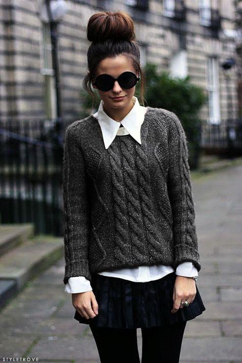 Un chemisier avec un col travaillé en dessous d'un pull à grosse maille tricotée. C'est la combinaison parfaite en hiver pour avoir bien chaud et être élégante. La petite jupe plissée bleu foncé finalise le look.
