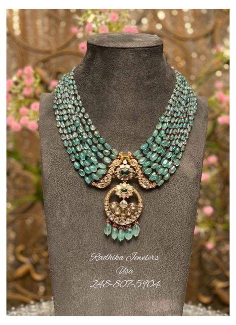 Indian Jewelry Earrings, Indian Jewelry Sets, Jewelry Design Earrings, Gold Earrings Designs, Emerald Jewelry, Gold Jewellery Design, Gold Jewelry, Jewelry Bracelets, Indian Diamond Necklace