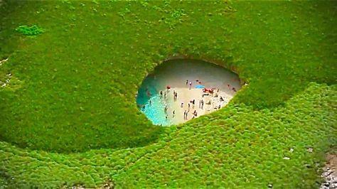 MÉXICO.Hidden Beach, isla escondida en las Islas Marietas, al sureste de la ciudad de Tepuc, en el Estado de Nayarit. (Reserva de la Biosfera protegida por la UNESCO)  http://www.upsocl.com/mundo/41-increibles-lugares-secretos-que-muchos-viajeros-no-conocen-el-ultimo-es-espectacular/