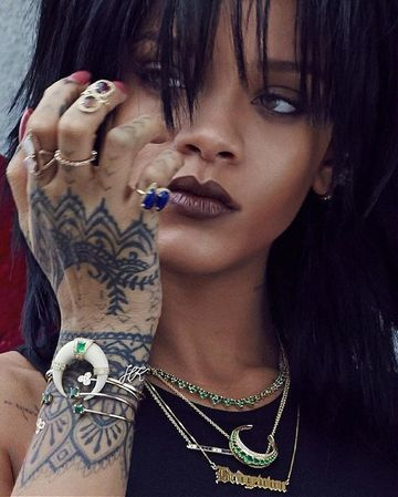 19 Tatuaje de rihanna en la mano