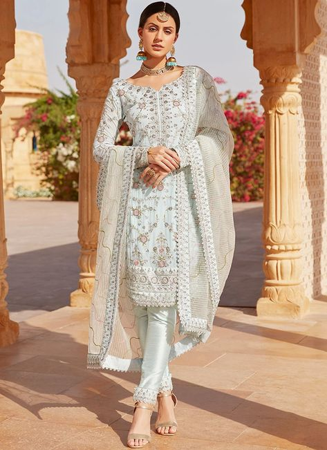 At Lashkaraa you get an extraordinary collection of couture suits, embroidery sarees and tailored suits at discount prices.