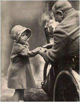 الملكة إليزابيث وهي طفلة صغيرة تصافح أحد الجنود القدامى الذي أصيب خلال الحرب العالمية الأولى الصورة ألتقط Princess Elizabeth Her Majesty The Queen Elizabeth Ii
