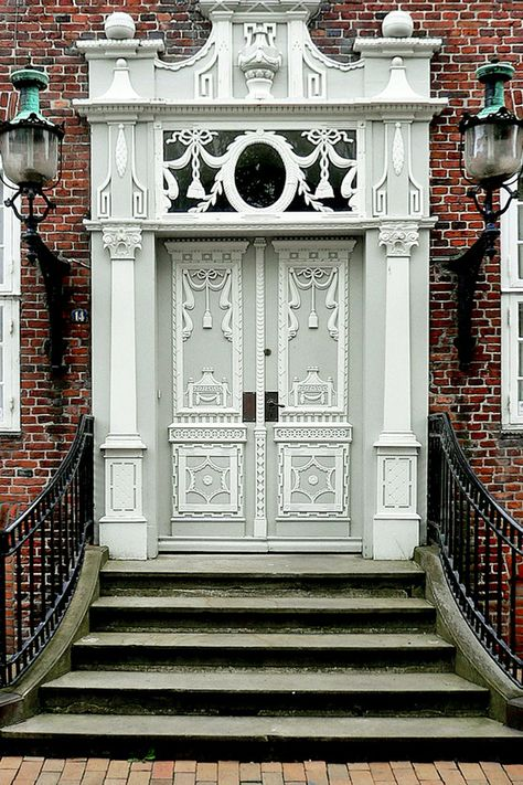 Porta classica e estilosa, branca e cinza, em Copenhage, Dinamarca.