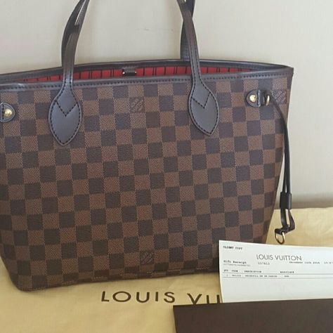 Auth Louis Vuitton Red Epi Leather Cles Made in Spain. Date code CA1013.  Beautiful red color. Used to hold keys and a few cards. Easy … 7cd6978880326