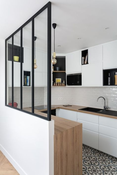 Стильные вкрапления черного. Можно сделать подобную перекличку с черными рамами двери на балкон.