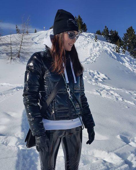 На данном изображении может находиться: 1 человек, стоит, снег, гора, на улице и природа