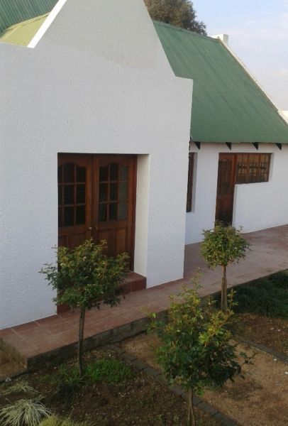 Bachelors flat on smallholding in Bredell with separate