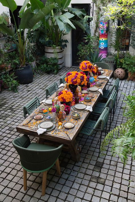 Erick Millan: Dia De Los Meurtos - Everything About The House Holidays Halloween, Halloween Decorations, Table Decorations, Halloween Costumes, Day Of The Dead Party, Cultural Crafts, Spider Crafts, Mexican Crafts, Table Top Design