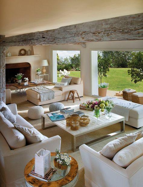 Muy luminoso  Junto a la chimenea, mesa de centro de Loani Linen Home y chaise longue de Giuliana B. Arte y Decoración.