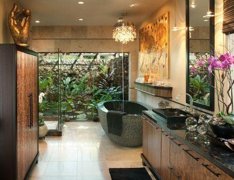 salle de bain nature, baignoire ovale en ciment, statuette originale ...