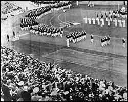 Berlin 1936 Excepcional despliegue de medios Los Juegos de 1936 fueron los útlimos celebrados antes del prolongado paréntesis que el movimiento olímpico sufrió como consecuencia del estallido de la Segunda Guerra Mundial. A pesar de todo, esta edición ya vino marcada por condicionantes bélicos antes de que diera comienzo.  En 1931, el Comité Olímpico pensó en Barcelona como sede olímpica. El convulso panorama político, que desembocaría en la Guerra Civil, hizo que finalmente Berlín fuera la…