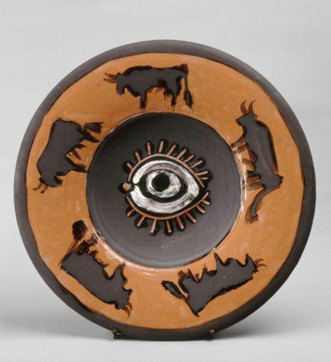 """Pablo Picasso, """"Plat espagnol décoré d'un oeil et de taureaux, au dos tête de…"""
