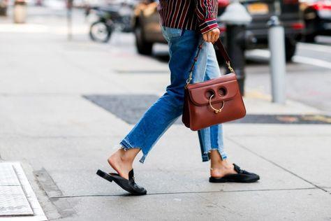 In pantofole Si avvicinano molto alle ciabatte da casa ma da quando Gucci le ha fatte sfilare sono tra gli accessori più fotografati in strada: la tendenza le vuole in pelle o in velluto nero, da portare sotto a pantaloni alla caviglia o maxi e a palazzo.