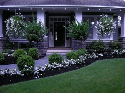 By only using white flowers, a delicate and cohesive décor was created here. 40 Front Yard Landscaping Ideas For A Good Impression
