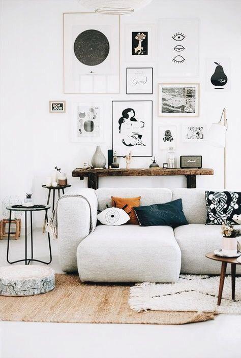 Skandinavisch Wohnen Dekoriert Mit Hellen Und Stilvollen Bildern Die Uber Der Gemutlichen Couch Hangen Living Room Decor Apartment Living Decor Room Decor