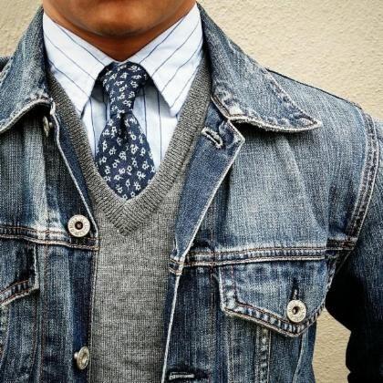 patrones mixtos en la camisa azul y corbata. Rompió todo el azul con el suéter gris.                                                                                                                                                     Más