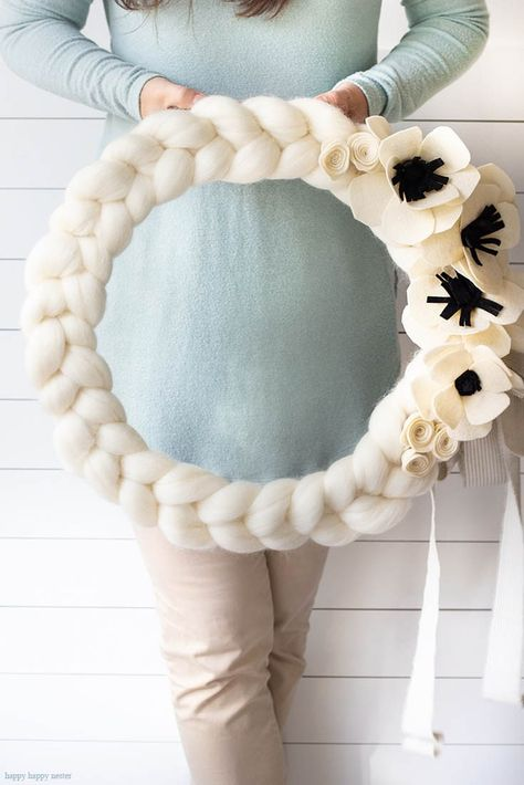 is a quick and easy arm knitted wreath to chase your winter blues away! Here is a quick and easy arm knitted wreath to chase your winter blues away!Here is a quick and easy arm knitted wreath to chase your winter blues away! Felt Wreath, Wreath Crafts, Diy Wreath, Yarn Crafts, Decor Crafts, Diy And Crafts, Yarn Wreaths, Mesh Wreaths, Tissue Paper Wreaths