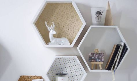 Diy deco bois des étagères hexagonales tv units wood projects and kitchen decor