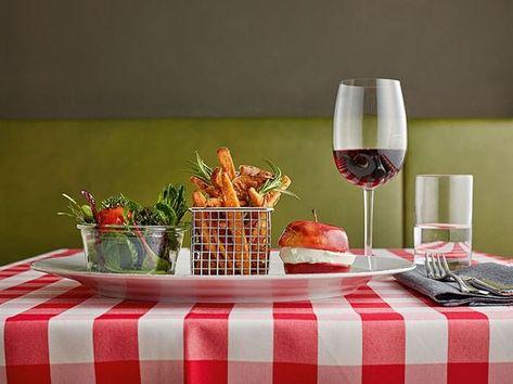 Photo of Der Ziegenkäse-Apfelburger mit Süßkartoffel-Pommes und kleinem Salat aus dem Brüdigams. Hier wird ex
