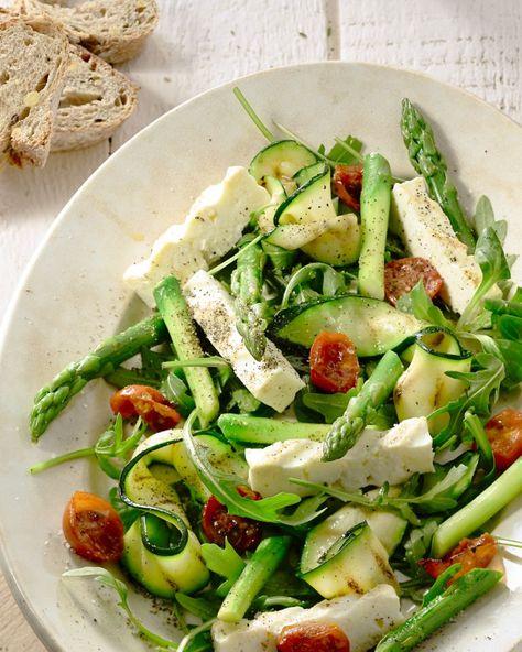 Een prachtige salade voor bij de paasbrunch, of op een andere mooie lentedag, met gegrilde asperges en courgette, blokjes feta en gedroogde tomaatjes.