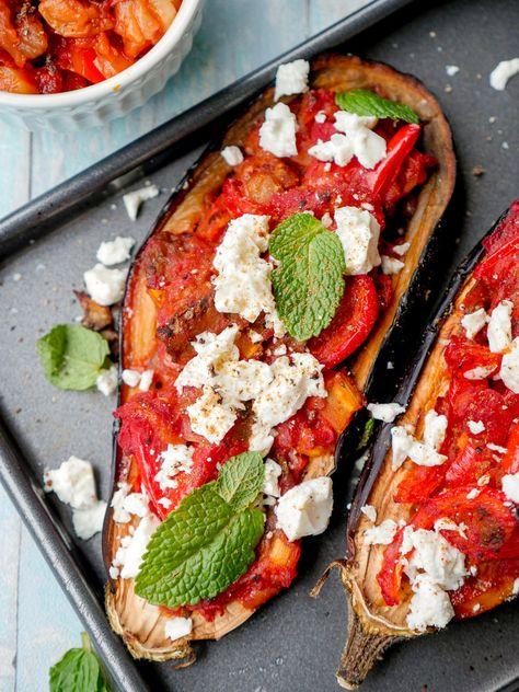 Low Carb Rezept: Gefüllte Aubergine türkische Art mit Paprika, Staudensellerie, Feta und Minze - Gaumenfreundin Foodblog #healthy #gesund #food #rezepte #aubergine #backofen #gefüllt #gebacken #feta #schafskäse #minze
