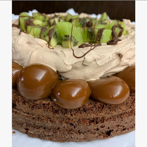 PUES COMO VERÁN AMO EL KIWI 🥝 . Cordoba Gourmet black con detallitos de kiwi: lleva crema nutella que la diferencia con la marquise kiwi. No la aman? . YA NO TOMO PEDIDOS PARA EL FINDE, estoy volviéndome loca 🤪. GRACIAS, es una locura linda por suerte. Y también muchas gracias a todos los que apoyaron mi movida ecológica, son lo más ❤️ . . . .  dulce  kiwi  argentina  bakery  cream  nutella  findesemana  yummy  chocolate  cake  cordoba  dulcedeleche  amor  cumpleaños  nature  cordoba  domenica