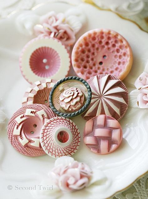 BOTONES- My favourite kind of vintage buttons - buffed celluloid. Love these pinky cream and whites.