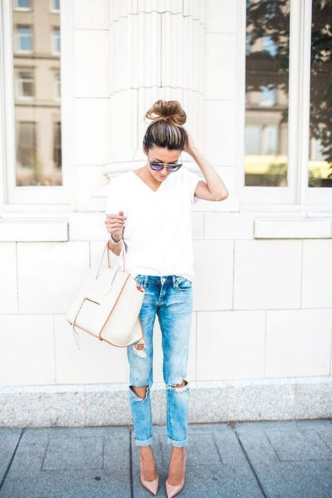 White top and denim jeans, classy street style ideas.