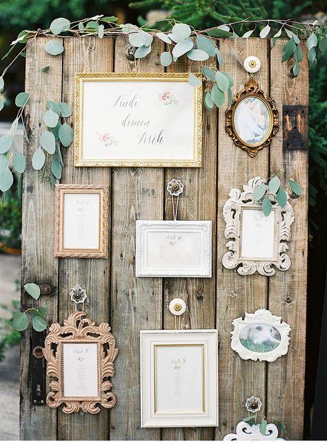 Tischplatte an Europalette mit alten Bilderrahmen oder kleinen Tafeln.