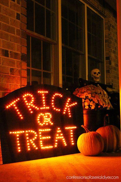 DIY Halloween sign with lights. DIY Halloween sign with lights. Spooky Halloween, Halloween Tipps, Soirée Halloween, Fröhliches Halloween, Halloween Pictures, Holidays Halloween, Halloween Pumpkins, Diy Halloween Signs, Halloween Entryway