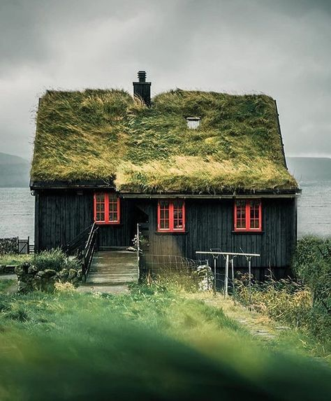 Färöer , Faroe Island 🇫🇴 house with grass roof 🏡🌿 ⠀ Фарерские острова 🇫🇴 дом с травяной крышей 🏡🌿 ⠀ Photo by Visit Faroe Islands, Viking House, Scandinavian Architecture, Scandinavian House, Green Facade, Green Roofs, Roofing Options, Residential Roofing, Destinations