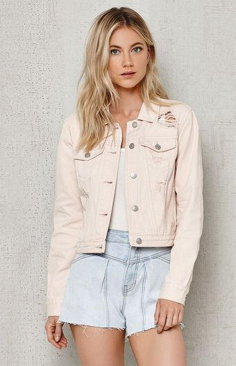 PacSun gives your denim collection a boost with this cropped jacket. Made  from rigid cotton 696e762831