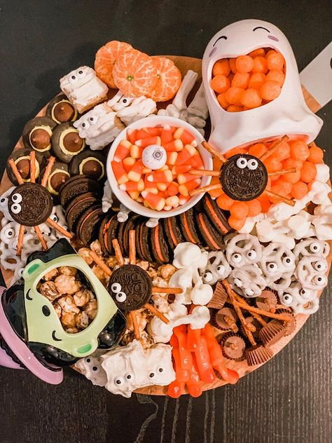 Halloween snack board idea - Kvinners helse tips Halloween Desserts, Postres Halloween, Hallowen Food, Halloween Goodies, Halloween Food For Party, Halloween Cupcakes, Holidays Halloween, Halloween Treats, Halloween Decorations