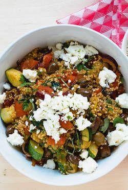 Naar een recept van Jeroen Meus. Ingrediënten voor 4 personen: Voor de salade met quinoa: 150 g quinoa 0,5 l groentebouillon 120 g zachte verse ...