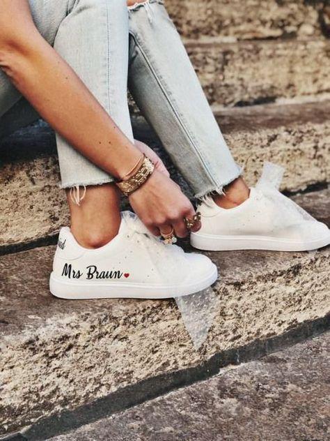 Paire de sneakers personnalises pour la marie. Baskets en similicuir convenant aux maries veganes ! Mariage vegan / look marie / chaussures marie #bohowedding #boho #wedding #dress