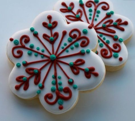 simple, festive decorated Christmas cookies using a scallop edge Christmas Sugar Cookies, Christmas Sweets, Christmas Cooking, Holiday Cookies, Snowman Cookies, Christmas Cookie Cutters, Summer Cookies, Valentine Cookies, Christmas Cakes
